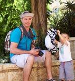 Garçon d'enfant de père et de bébé petit jouant dehors Photographie stock