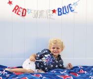 Garçon d'enfant en bas âge célébrant l'Amérique Image libre de droits