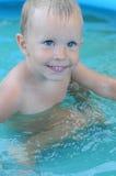 Garçon d'enfant en bas âge dans la piscine Une fin d'un garçon de sourire d'enfant en bas âge dans une piscine E Image stock