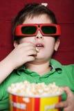 Garçon d'enfant en bas âge dans la salle de cinéma 3D Image stock