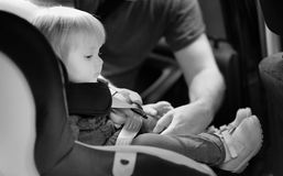 Garçon d'enfant en bas âge dans le siège de voiture Photographie stock