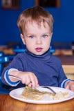 Garçon d'enfant en bas âge dans une consommation de café Image libre de droits