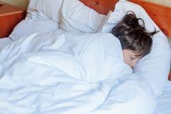 Garçon d'enfant en bas âge dormant dans le lit à la maison, Photos libres de droits