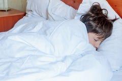 Garçon d'enfant en bas âge dormant dans le lit à la maison, Photos stock