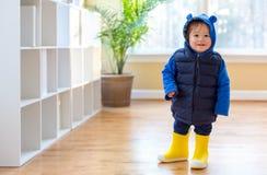 Garçon d'enfant en bas âge empaqueté dans des vêtements d'hiver image libre de droits