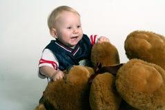 Garçon d'enfant en bas âge et grand ours de nounours Image libre de droits