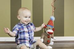 Garçon d'enfant en bas âge et singe heureux de chaussette Photos libres de droits