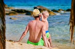 Garçon d'enfant en bas âge sur la plage avec le père photos libres de droits