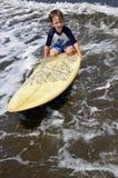 Garçon d'enfant en bas âge sur la planche de surf Image libre de droits