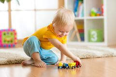 Garçon d'enfant jouant avec des jouets d'intérieur Images libres de droits