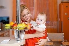 Garçon d'enfant mangeant de la nourriture saine dans la cuisine Photos libres de droits