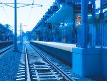 Garçon d'une chevelure rouge se tenant sur la plate-forme de rail de lumière de métro Photos stock