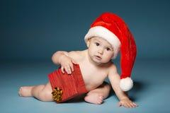 Garçon dans des couches-culottes avec le chapeau de Santa Claus photo stock