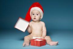 Garçon dans des couches-culottes avec le chapeau de Santa Claus photographie stock