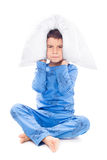 Garçon dans des pyjamas avec un oreiller Photos libres de droits