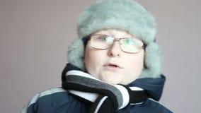 Garçon dans des vêtements de l'hiver banque de vidéos