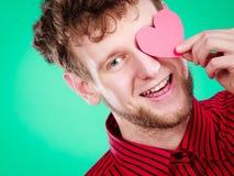 Garçon dans l'amour avec le coeur rouge Image libre de droits
