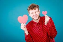 Garçon dans l'amour avec le coeur rouge Photos stock