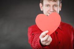 Garçon dans l'amour avec le coeur rouge Images stock