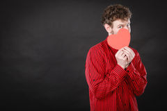 Garçon dans l'amour avec le coeur rouge Image stock