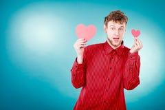 Garçon dans l'amour avec le coeur rouge Photo stock