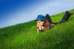 Garçon dans l'herbe Photographie stock