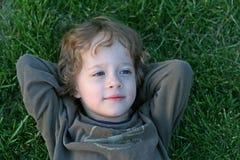 Garçon dans l'herbe Photos stock
