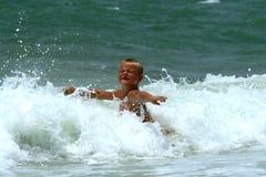 Garçon dans l'océan Photo stock