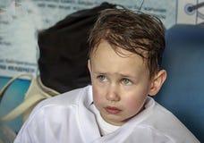 Garçon dans l'uniforme de hockey sur glace image stock