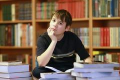 Garçon dans la bibliothèque Photographie stock