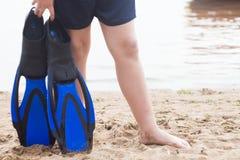 Garçon dans la nageoire bleue Photo stock