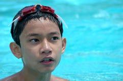 Garçon dans la piscine photo stock