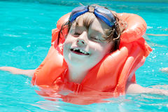 Garçon dans la piscine Photos libres de droits