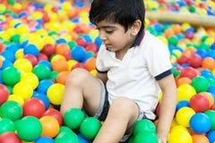 Garçon dans la piscine de boules Image stock