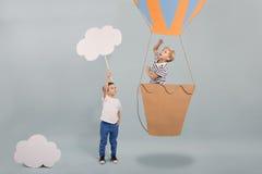 Garçon dans le ballon à air photographie stock libre de droits