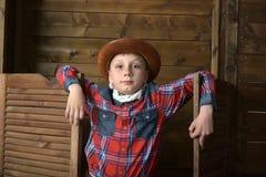 Garçon dans le chapeau de cowboy photographie stock libre de droits