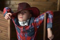 Garçon dans le chapeau de cowboy photo stock
