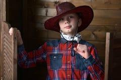 Garçon dans le chapeau de cowboy image stock