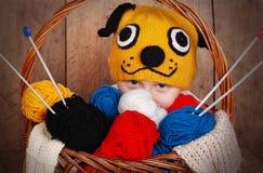 Garçon dans le chapeau de tricotage drôle Images stock