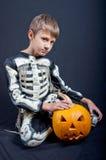 Garçon dans le costume de Halloween avec le potiron orange Photo libre de droits