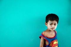 Garçon dans le coup Pat, baie de Phang Nga, Thaïlande d'interdiction Image stock