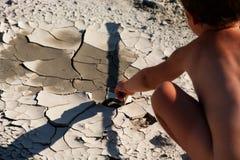 Garçon dans le désert. La chaleur épuisante. Image libre de droits