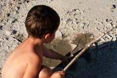 Garçon dans le désert. La chaleur épuisante. Photos libres de droits