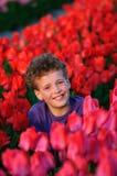 Garçon dans le domaine de tulipes Images libres de droits
