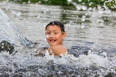 Garçon dans le fleuve Photo stock
