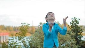 Garçon dans le football jouant bleu à la maison dans le jardin banque de vidéos