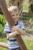Garçon dans le jardin Photo stock