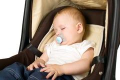 Garçon dans le siège de voiture, concept de sécurité Photographie stock libre de droits