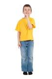 Garçon dans le T-shirt jaune d'isolement images libres de droits