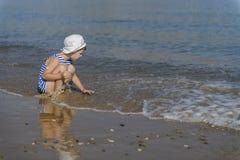 Garçon dans le T-shirt rayé sur la plage photo libre de droits